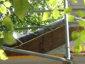unter der Windfederist ein zweites Brett montiert mit Sbstand von 12 cm. Kammern von 30 cm Länge und ein Einflugloch ganz oben an der Kammer bieten gute Nistplätze
